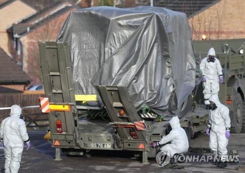 러시아 이중스파이 암살시도 사건 조사하는 영국 군인들 [AP=연합뉴스]