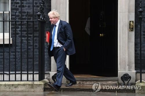 총리실을 떠나고 있는 보리스 존슨 영국 외무장관 [AP=연합뉴스]