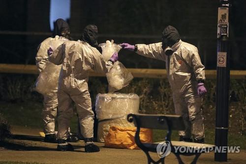 '러시아 스파이' 암살 현장에서 조사 중인 영국 경찰 [AP=연합뉴스]