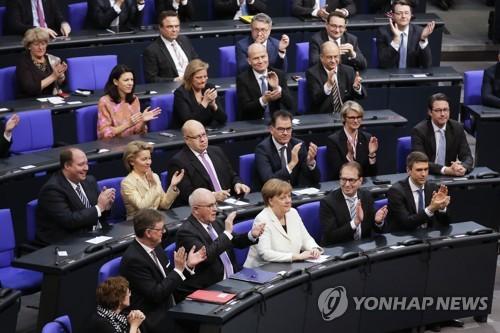 총리 재선출 후 박수박는 메르켈 총리 [AP=연합뉴스]