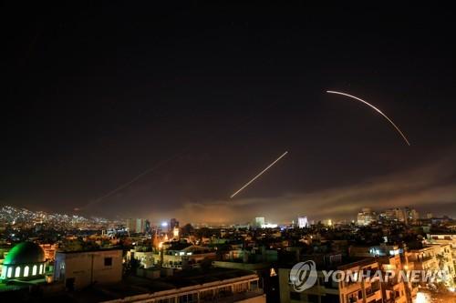 미·영·프, 시리아 공습…다마스쿠스 상공 날아가는 미사일