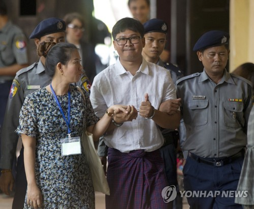 """""""미얀마서 로이터 기자들, 3일간 안재우고 무릎 꿇린 채 조사"""""""