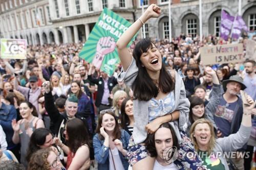 '낙태금지 폐지' 국민투표 가결에 환호하는 아일랜드 국민들