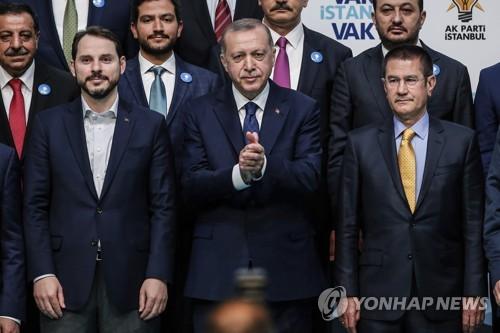 에르도안 대통령(가운데)와 사위 알바이라크 재무장관(전 에너지장관·왼쪽)
