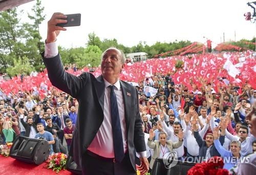 터키 대선 유세에서 '셀카'를 찍는 공화인민당 후보 무하렘 인제