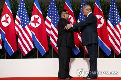 '세기의 담판', 악수하는 김정은·트럼프