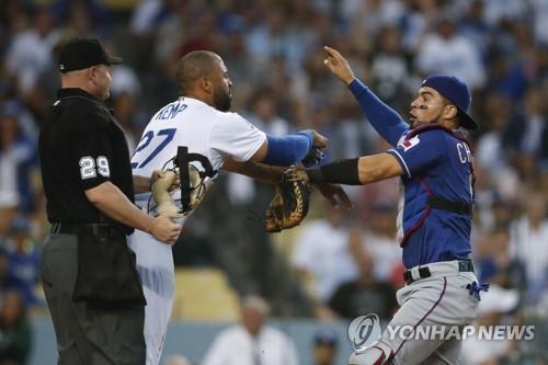 몸 싸움 하는 켐프(가운데)와 치리노스(오른쪽) [AP=연합뉴스]