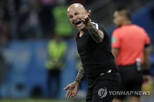 [월드컵] '2경기 연속 졸전' 아르헨 감독, 실권 뺏긴 '식물 감독' ..