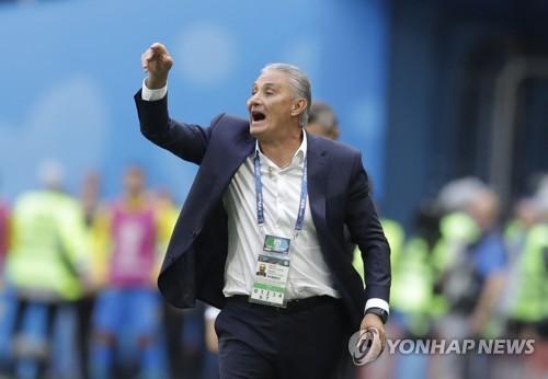 [월드컵] 브라질 치치 감독, 골 세리머니 펼치다 햄스트링 부상