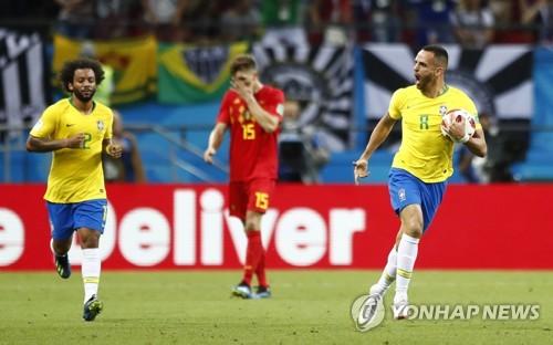 만회골을 넣은 브라질의 아우구스투(오른쪽) [AP=연합뉴스]