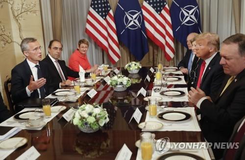 트럼프(오른쪽 두번째)와 스톨텐베르크(왼쪽 첫번째) [AP=연합뉴스]