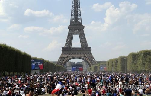 [월드컵] 파리 에펠탑 앞 공원에 결승전 응원 9만명 운집