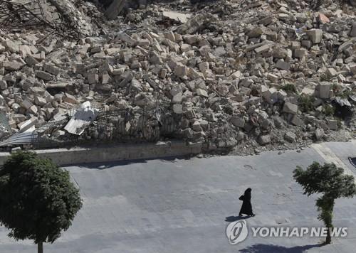 러시아·시라아군 공습으로 돌무더기만 남은 시리아 알레포의 거리