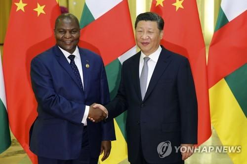 악수하는 중국과 중앙아프리카공화국의 최고 권력자