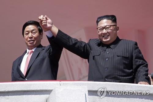 9月9日,在平壤金日成广场,金正恩(右)和栗战书牵手阅兵。(韩联社/美联社)