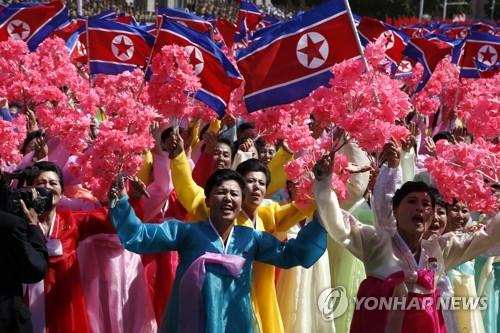 열병식 참석한 북한 시민들