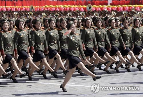 행진하는 북한 여군