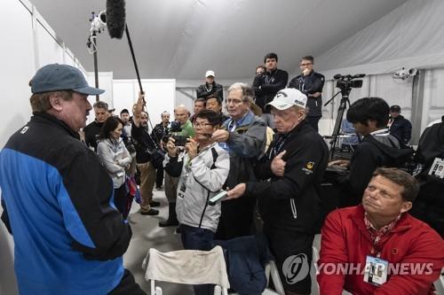 최종 라운드 진행 상황을 설명하는 PGA 투어 관계자. [AP=연합뉴스]