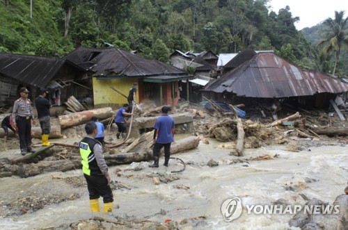 홍수와 산사태로 무너진 건물들 [AP=연합뉴스]