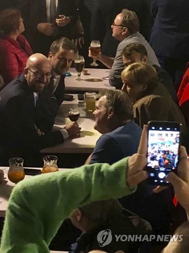 메르켈·마크롱, 첫날 EU 정상회의 끝난 뒤 '심야 맥주 번개'