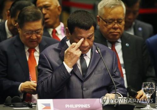 """필리핀 두테르테 """"美, '중국의 남중국해 점유' 인정해야"""""""