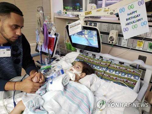 죽어가는 두살 아들 안아줄 수 있다…예멘 엄마의 美입국 허용