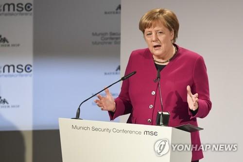트럼프 성토장 된 뮌헨안보회의…메르켈의 '저격'에 기립박수