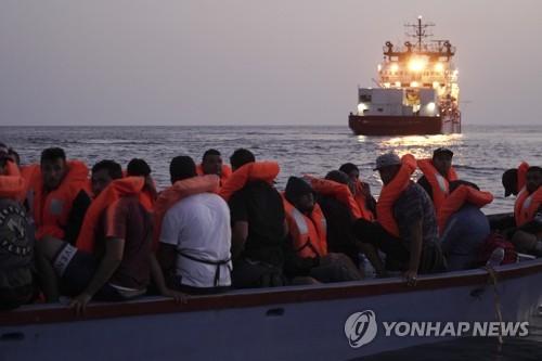 佛난민구조선, 지중해서 218명 추가 구조…伊·몰타에 입항 요청