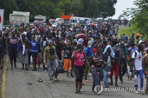 멕시코, 캐러밴 2천명 북상 저지…국경에 발 묶인 이민자들