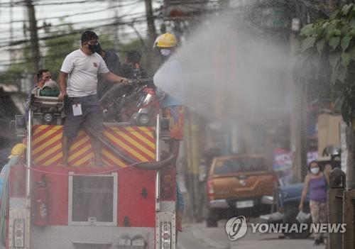 """필리핀 코로나19 확진 급증세…봉쇄지역 주민 """"배고프다"""" 시위"""
