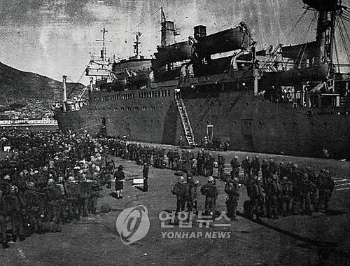 해병 청룡부대가 1965년 10월 월남전 파병을 위해 부산항을 떠나고 있다. (연합뉴스 자료사진)