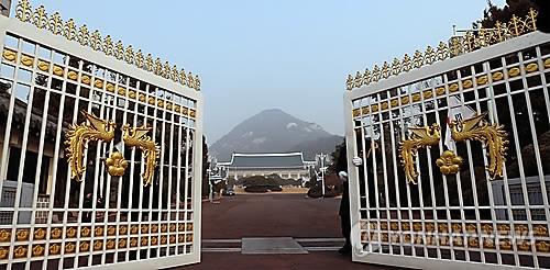 청와대 봉황 정문 본관