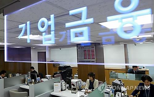 한국 중기 대출문턱 OECD보다 3.6배 높아… 금리도 0.2%p↑