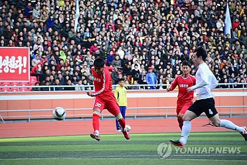 资料图片:2015年10月,韩朝劳动者足球赛在平壤五一体育场举行。(韩联社)