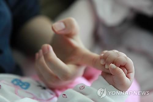 엄마와 아기 손