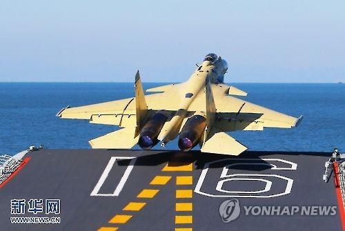 항모 랴오닝함에서 이륙하는 중국 해군 J-15 함재기