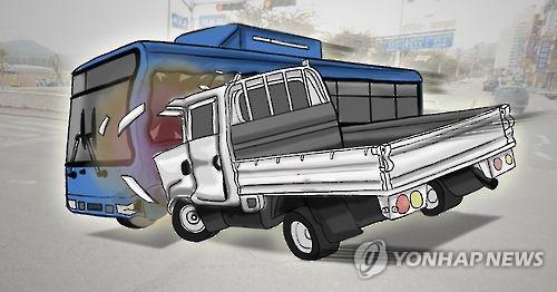 창원서 시내버스-택배 차량 충돌…1명 부상