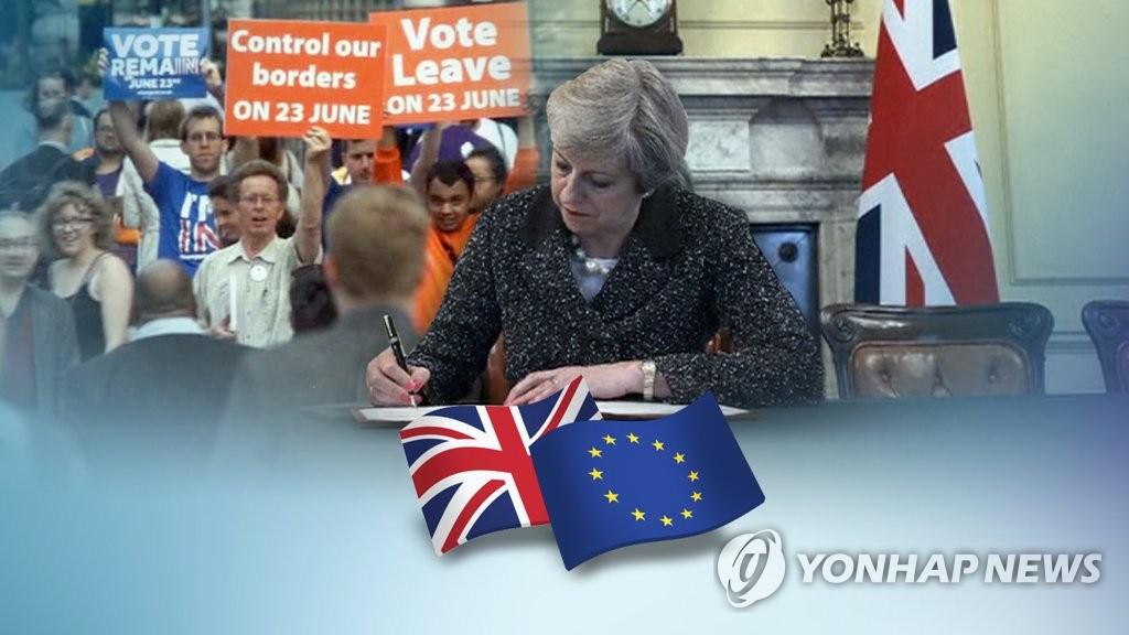 브렉시트 통보문에 서명하는 테리사 메이 영국 총리(CG)