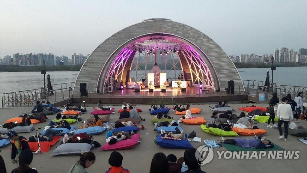 여의도 한강공원에서 열린 '눕콘'(누워서 보는 콘서트) 장면