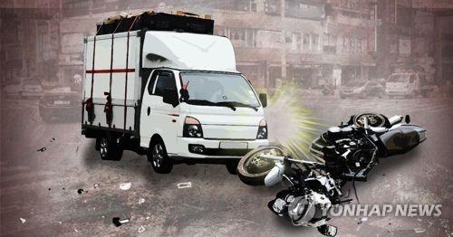 강원 고성서 오토바이·트럭 충돌…2명 사상