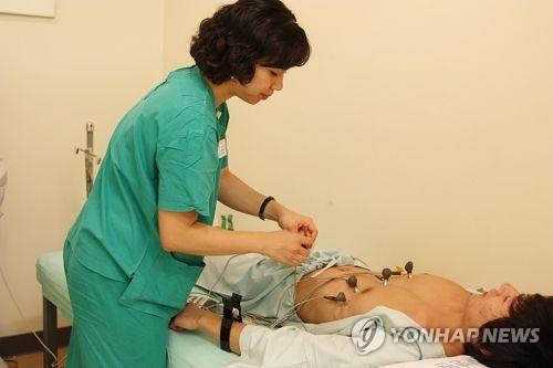 심방세동 환자에게 심전도 검사를 하고 있는 모습