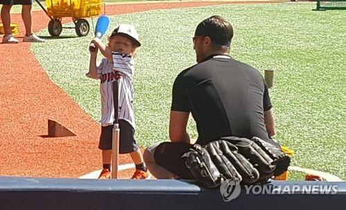 아들 이튼과 야구연습 중인 LG 허프