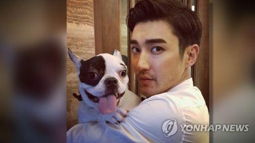 シウォンとペットの犬=(聯合ニュースTV)