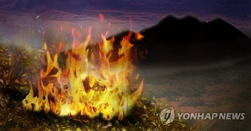 부산 건조주의보 속 기장서 산불…헬기 2대 동원 진화 중