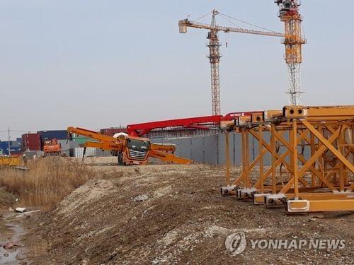 인천 아파트 공사장 콘크리트 펌프 차량 전도…2명 부상