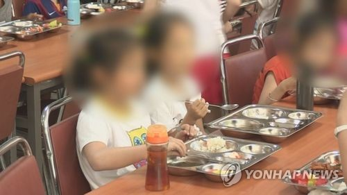 """""""점심 느리게 먹는다"""" 5세 아동 팔에 손톱자국 낸 교사 벌금형"""