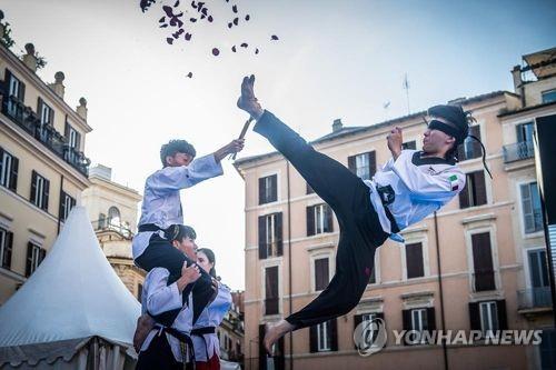 세계태권도연맹 시범단의 로마 스페인광장 공연