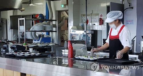 음식점 취업 근로자  [연합뉴스 자료사진]