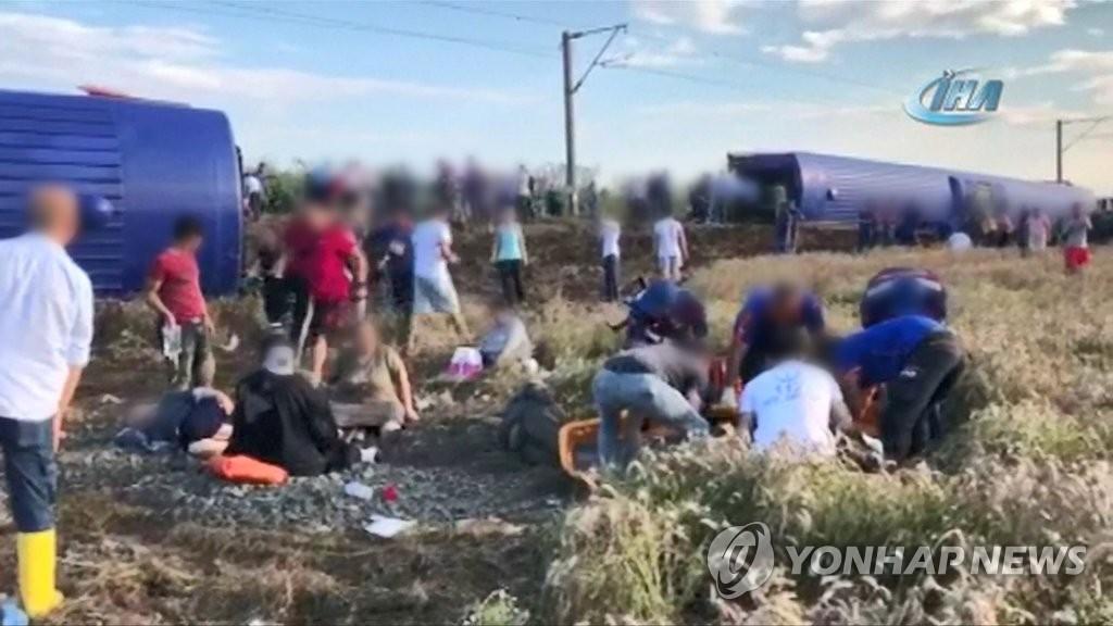 터키에서 여객 열차가 선로를 벗어나는 탈선사고