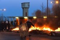 """""""무서워 근무 못해"""" 프랑스 교도관 파업…수감자 잇단 피습"""